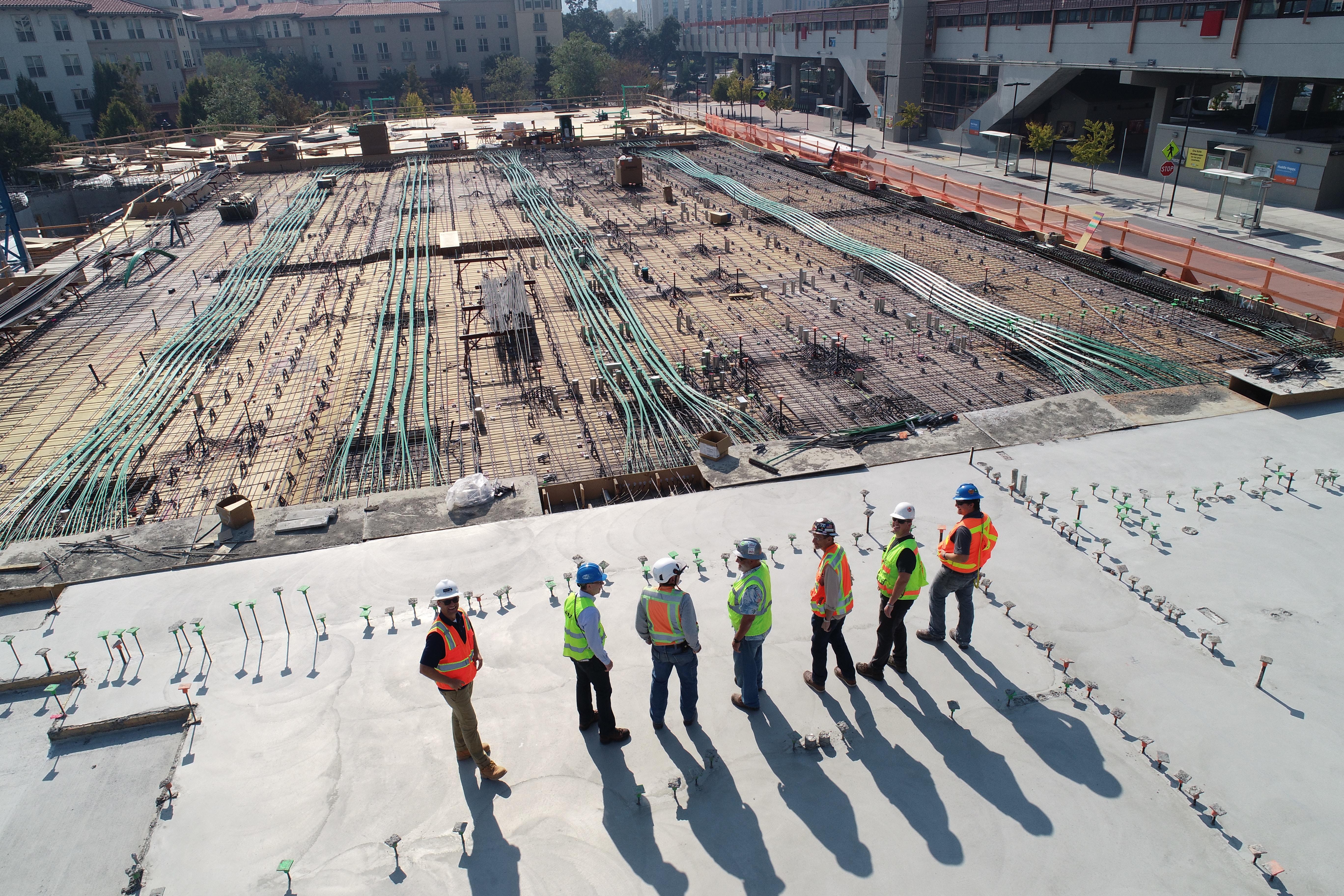 Praca w budownictwie: nadal średnio płatna, ale bardziej bezpieczna