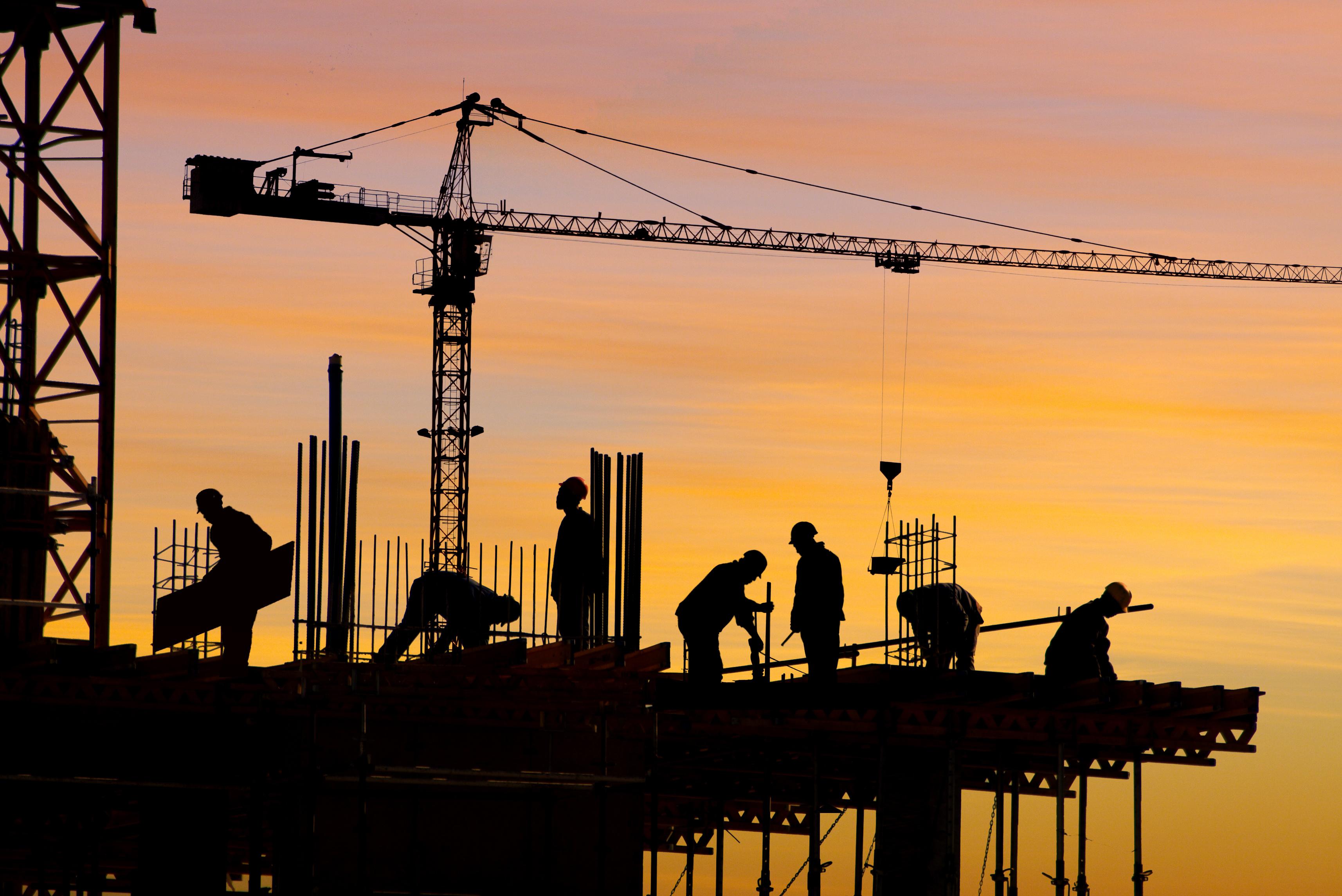 Pomimo rosnących płac liczba pracujących w budownictwie maleje